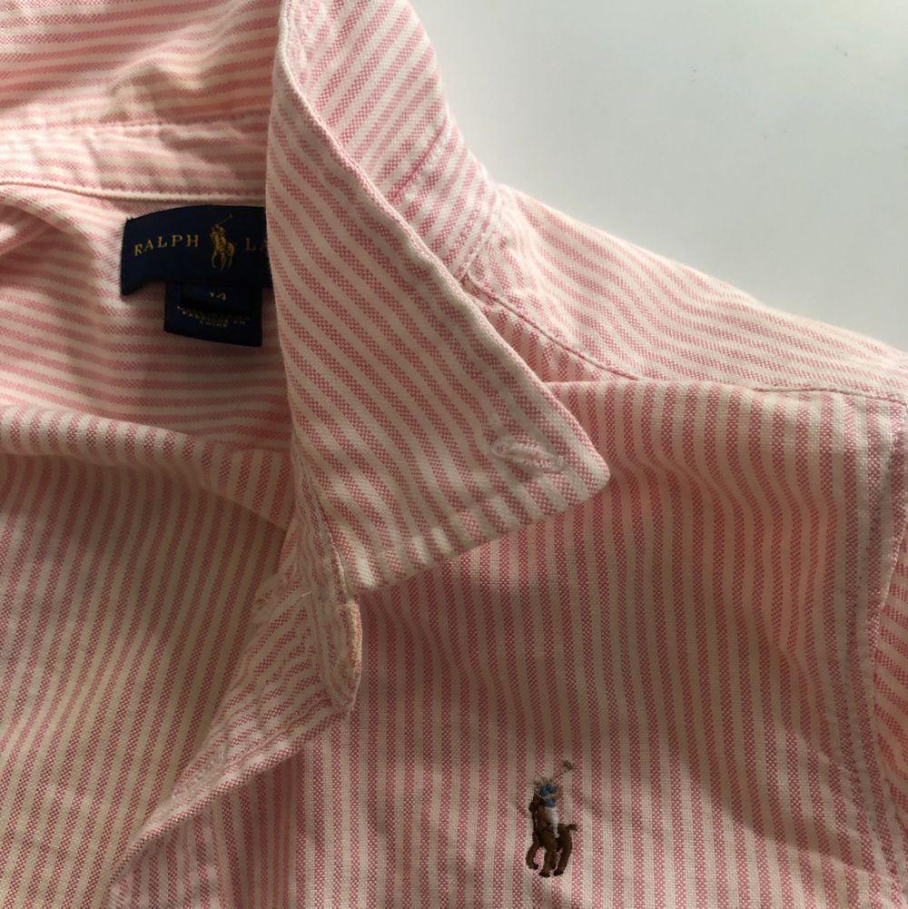 Äkta köpt på barnavdelningen passar 32/xxs/xs. Skjortor.