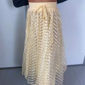 Gul skimrig kjol med guld detaljer. Flera lager, känns väldigt lyxig. Lång och väldigt skön.