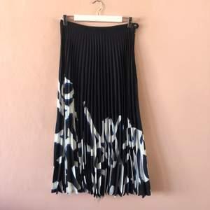 Superfin lång plisserad kjol från H&M studio. Använd kanske 2ggr. Säljer för att den inte kommer till användning.