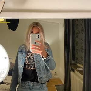 Säljer en jeans jacka från Zara. Köpte den förra sommaren i Montenegro. Inte min smak, därför säljer jag den. Storlek S & säljer den för 200kr