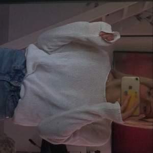 En vit stickad tröja ifrån Vero Moda, sen är i storlek xs men passar nog även S & M.