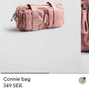 Säljer denna fina väska från Ginatricot, köptes för några veckor sedan (I NYSKICK) använt max 3 gånger. Jätte mycket utrymme och det med följer ett längre band. Köptes för 349kr BUDA I KOMMENTARERNA⚡️           STORA VÄSKAN. Måtten är 22*32 cm