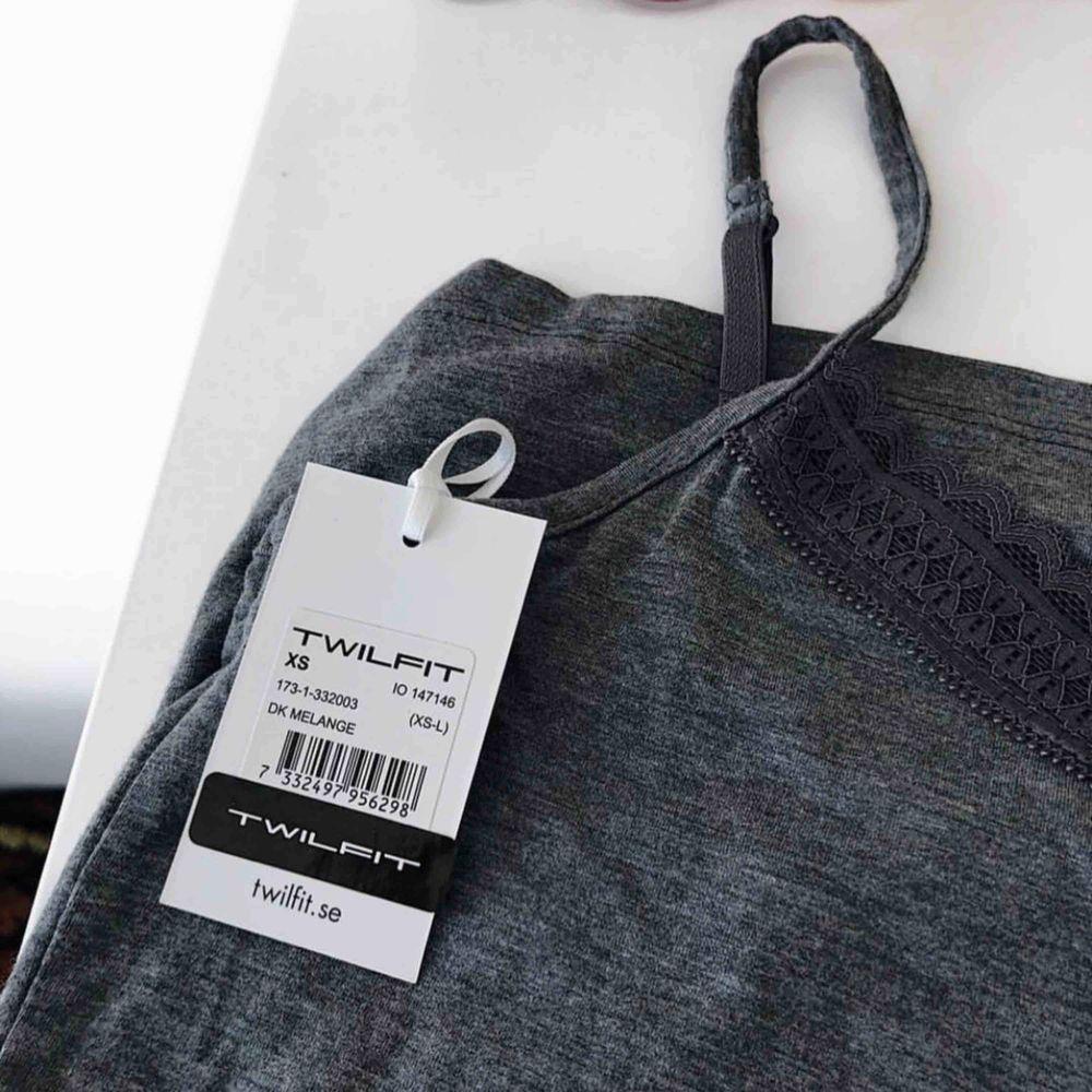 Pyjamas-linne från Twilfit. Oanvänd, endast provad och prislappen sitter fortfarande kvar. Supermjukt material!!  Passar även personer i storlek S.. Toppar.