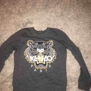 En grå långärmad tröja från Kenzo med gula detaljer. Använd ett par gånger så superbra skick! Köpt på NK, men fick den i present så har tyvärr inget kvitto.  Storlek: M (dam) Nypris: 2199kr 💞💞💞💞💞💞💞💞💞💞💞💞💞💞💞💞💞💞