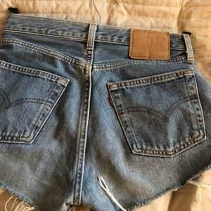 Ursnygga vintage Levis shorts. Köpta från madlady. Ursprungligen vanliga jeans men butiken hade gjort om det till shorts. Säljer pga att de är för små. Skulle säga att storleken är S. Jag har vanligtvis 27/28 i jeans och de är för små.