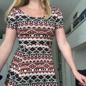 Klänning i suuuper bra skick! Bara använt 1 gång. Säljer pga jag har bytt stil. Denna klänning är väldigt bekväm och är guld till ett par snygga kängor.  Kjolen börjar ganska högt upp ca 1 dm över naveln.  Köparen står för frakten😊