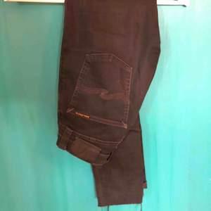 Svarta jeans från Nudie 💫 Naturligt slitna längst ner på byxkanten.  Köpare betalar frakt ❤️