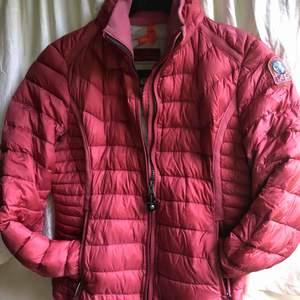 Jätte fin och unik rosa Parajumper jacka i super light weight, alltså passar den perfekt till vår och höst! Kontakta mig om du vill ha flera bilder. NYPRIS: 2800kr  Frakt tillkommer💕🤩