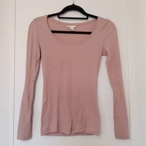 Smickrande ribbad smutsrosa tröja med snygg lite djupare urringning