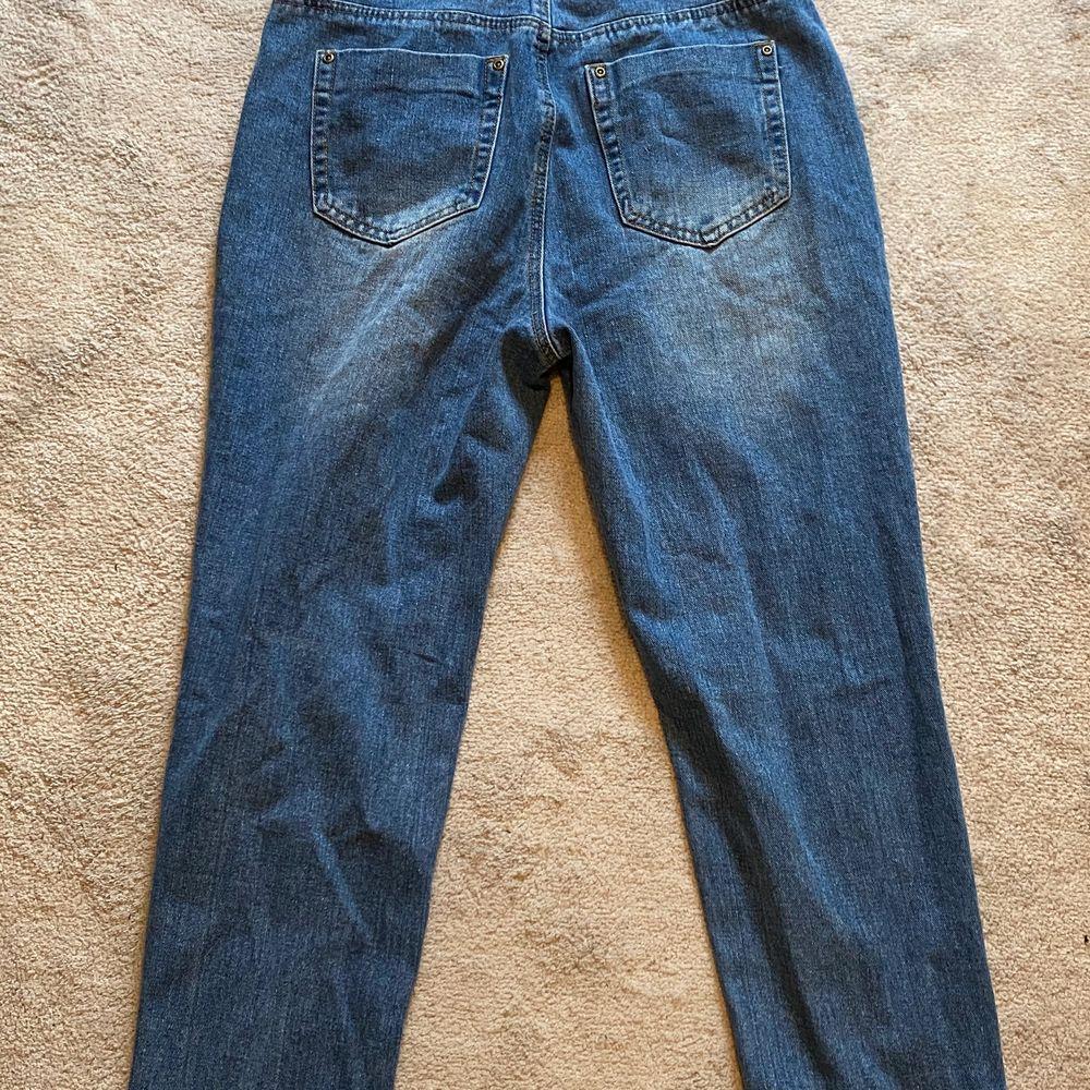 helt oanvända jeans från boohoo, prislappen är fortfarande kvar. tyvärr inte använt pga för lite för stor midja. storlek 40, köpta för ca 200kr, tillgår frakt, . Jeans & Byxor.