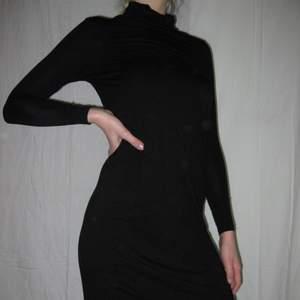 En festlig långärmad klänning den monki i st xxs/xs Köparen står själv för frakt eller så möts vi upp i Sthlm🌹