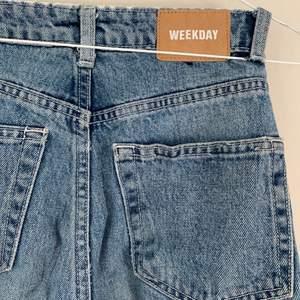 Weekday jeans i modellen row! Väl använda men nu ska de få nytt hem! St 24! Långa och snygga nu till sommaren