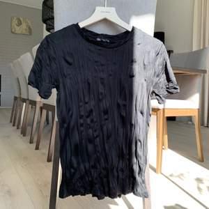 Superfin skrynklig satin ish T-shirt från zara som använts ett fåtal gånger. Kommer inte till användning tyvärr. Storlek S