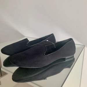 Helt nya svarta loafers, som aldrig blivit använda. Säljes då jag rensar i garderoben. Storlek 40. Lackad kant samt svart tyg. Liten klack. Skriv vid frågor :)