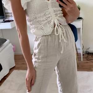 Skit snygga Linnea byxor från Zara säljer pga att dem blivit för små för mig, säljer endast vid bra pris. Buda i komentarerna och skriv om ni har några frågor. Dem är i storlek 34 och är beigh vita💕💕💕 högsta bud just nu är 500kr