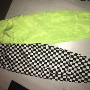 Ett par skit coola byxor, ena sidan är rutig och andra sidan är neon grön. Materialet är lite som regnkläder men de är väldigt sköna. Bälte medför
