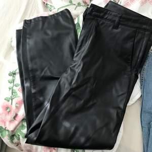 Säljer ett par läderbyxor från Lindex. Använda cirka 2 ggr. Storlek 38.