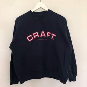 Vintage College sweatshirt i mörkblå färg med röd och vit textfärg. Tröjan är storlek 170/Small med en boxy passform. Tröjan är i vintage skick med mindre tecken på nopper.