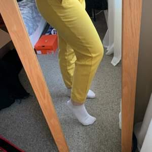 Säljer mina gula mjukisbyxor köpa på carlings i storlek M. De är från märket I STAY. Använda ett fåtal gånger. Köparen står för frakten