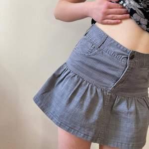 Modellen är stl 36/s. Grå mini skirt från hm köpt secondhand. Väldigt bra skick. Hör av dig vid frågor.