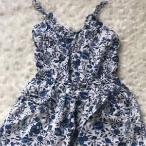 Super söt vit blommig shorts klänning som är jätte fin att ha på sommaren! Köparen står för frakt.