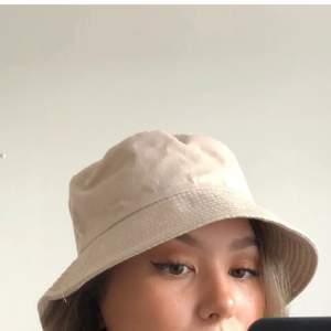 En beige buckethat som är helt oanvänd. Verkligen jättefin men tyvärr så är buckethats inte riktigt min stil😔💕   Köparen står för frakten på 65 kr<3 Betalning sker via swish<3  (Bilder lånade från förra säljaren)