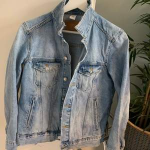 Asnajs jeansjacka från h&m i storlek 42 men är som en S. Köparen står för frakt 📦 (66kr). Säljer för har för många jeansjackor