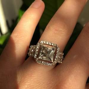 Helt ny och oanvänd diamant ring. Har en stor diamant i mitten med mindre på sidorna. Pris: 40kr plus 12kr frakt. Skriv om du undrar något 😌💕