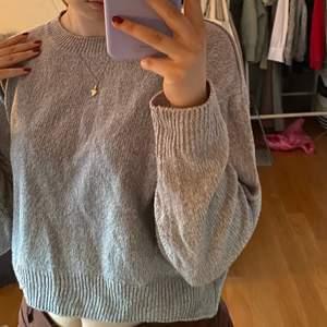 Supermysig och snygg stickad tröja, i väldigt bra skick. Från h&m. Storlek S. Säljer för 100kr, köpare står för frakt!