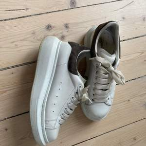Alexander McQueen sneakers i skinn med baksida i brun mocka. Mycket fint skick använda max 15-20 ggr. Något stora i storlek funkar även på en 37. Självklart äkta.