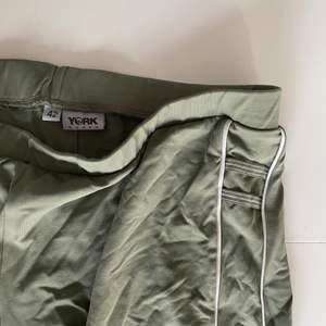 Nice gröna trackpants jag har köpt på Humana men fortf inte använt. Skitfina!!