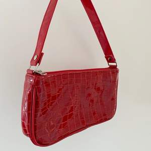 Skitsnygg röd liten söt väska!