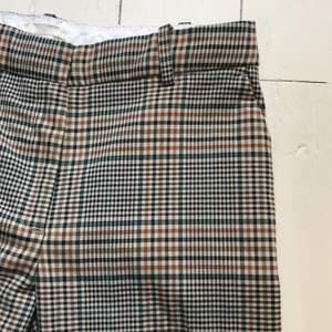 Rutiga byxor från H&M. Oanvända. Frakt tillkommer.
