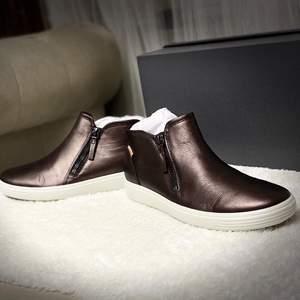 Oanvänd sneakers från Ecco den är i färgen svart den yttre materialet är,nubuck,frakt ingår
