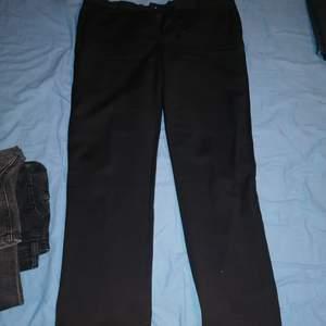 Ett par svarta fina kostymbyxor som passar bra till de mesta! Använd ungefär ca 3-5ggr tills de växt ur. De kostade 699 när jag köpte de! (budgivning) - köpare står för frakt