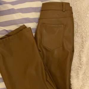Säljer mina (en gång i tiden) favoritbyxor från shein i storlek XS (skulle säga 34/36 om jag fick gissa)! De hann endast bli använda ca 8 gånger och är därför i mycket gott skick! De är luftiga och inte så tjocka vilket är helt perfekt inför våren/sommaren ✨ SÅ snygga och otroligt sköna vilket är överraskande för min del eftersom det är läderbyxor ✨ (köparen betalar frakten)