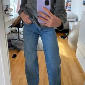 Vida jeans från Junkyard i strl 25. Jag är 172. Jättefint skick💕 Budgivning om flera är intresserade💜 Köp direkt för 200kr + frakt💕