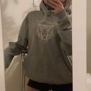 säljer min skitsnygga gråa hoodie med ett assnyggt tryck❤️den är välanvänd men ändå väldigt bra skick! Jag köpte den för 400 kr och säljer för 150 kr+frakt! Frakten är på 65 kr