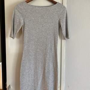 Ribbad t-shirtklänning från Ginatricot. Storlek XS. Använd fåtal gånger. Köpare står för frakt.