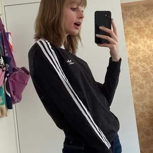 Superfin adidas långärmad tröja i storlek xs men passar även s beroende på hur tajt man vill att den ska sitta:) Tyget är mjukt och stretchigt. Jag har knappt använt den alls så den är som ny! För preferens har jag storlek xs.