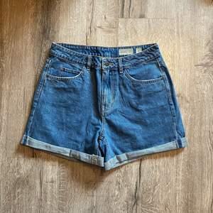 Jeansshorts från vero moda i storlek M. Använda 2-3 gånger. Fraktavgift tillkommer. Skicka privat meddelande om du har några frågor💕