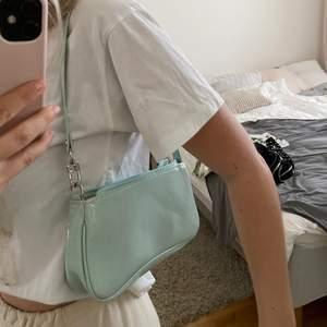 Säljer min turkosa baugette väska, super fint skick men har bara inte kommit till användning 💙