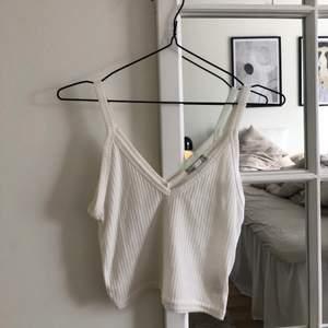 Ett vitt linne från NLYtrend i storlek xs, använd 2-3 gånger 🌷