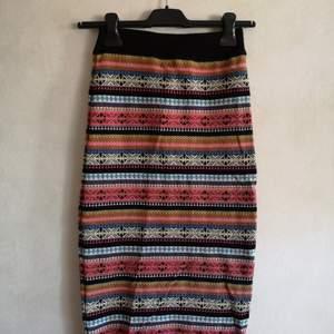 Stickad tight midi kjol från Miss Selfridge▪️Använd 1 gång & för liten för mig numera▪️Storlek UK8/EU36▪️Starka färger & fint mönster▪️Tvättlappen är bortklippt från insidan av kjolen, men annars är den i fint skick▪️Inget foder på insidan men sitter snyggt & bekvämt