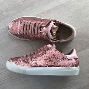 Axel arigato limited edition glitter sneakers. Toppen skick endast använda ett fåtal gånger. Nypris 1800kr   Storlek 38