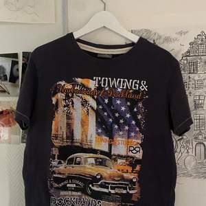 En jätte fin T-shirt i andvänt skick! Köpt i secondhandbutik. Sitter fint och oversised på! Skulle tippa på att den är i storlek M. Skriv i pm om du vill ha mer information💞