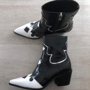 Svarta och vita cowboy boots med liten klack!! Super snygga men har tyvärr inte kommit till användning. Aldrig använda endast provade
