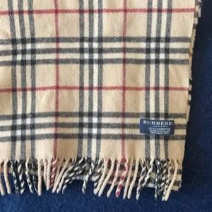 Säljer min burberry halsduk, självklart äkta! Köpt för flera år sedan men väldigt fint skick!// Julia❤️