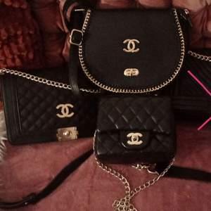 Håller på att rensa igenom min väsksamling inför flytt så därför säljer jag av lite väskor. Säljer bl. a. dessa Chanel-väskor väskor (ej äkta). Pm:a mig vid frågor eller för fler bilder på väskorna. Vill man köpa alla 3 väskor så säljer jag dem för paketpris 400 kr 💞 (har man köpt väskor av mig tidigare så 350 kr) 🌸