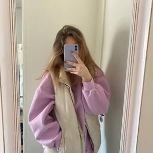 Snygg oversize sweater från Berska! Materialet är tjockt och mjukt och den har knappt används🤍